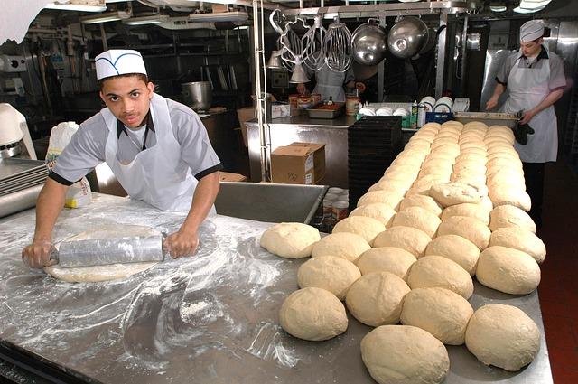 Piece piekarnicze to jedne z najważniejszych elementów wyposażenia piekarni, cukierni oraz sklepów, które mają w swojej ofercie świeże pieczywo. Obecnie najbardziej popularną wersją pieca piekarniczego są urządzenia zasilane energią elektryczną. Sprawdzają się one zarówno w małych lokalach, jak i zakładach piekarniczo-cukierniczych. W dzisiejszym artykule opowiemy o tym, jak wybrać piec piekarniczy oraz czym powinno charakteryzować się dobrej jakości urządzenie do wypieku. Czym kierować się podczas wyboru pieca piekarniczego? Stojąc przed wyborem pieca piekarniczego, najlepiej postawić na urządzenie o budowie modułowej. Taka specyfikacja pieca pozwala na jego dowolną rozbudowę w przypadku zwiększenia produkcji. Piece modułowe charakteryzuje łatwość konfiguracji oraz możliwość doposażenia w dodatkowe elementy. Zwiększając wydajność pieca, nie będziesz musiał kupować zupełnie nowego urządzenia, a jedynie rozbudować już istniejące. Wśród istotnych elementów wyposażenia pieca należy wymienić komory wypiekowe, komorę garowniczą, okap oraz regał na blaszki z pieczywem. Kluczowym elementem specyfikacji pieca jest liczba komór do wypieku. To ten parametr decyduje o wydajności urządzenia. Powinieneś dopasować go do aktualnych potrzeb Twojej firmy. Modułowe piece piekarnicze pozwalają na sprawną rozbudowę nawet do 6 komór piekarniczych. Dlaczego warto wybrać niezależnie działające komory piekarnicze? Wśród najważniejszych cech pieca piekarniczego można wymienić niezależność działania jego komór. Dlaczego osobne zasilanie i niezależne sterowanie każdą komorą jest tak istotne? Przede wszystkim ze względu na możliwość wypieku różnego rodzaju pieczywa. Niezależne komory pozwalają wypiekać zróżnicowany asortyment w ramach jednego cyklu. Dzięki temu zaoferujesz swoim klientom różne rodzaje zawsze świeżych wypieków. W autonomicznych komorach piekarniczych górna i dolna grzałka mogą być ustawiane niezależnie od siebie. Dodatkowo każda komora ma również niezależny układ zaparowania. P